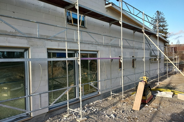 建設中の大きな窓のある白いブロックで作られた建物のファサード。