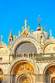 イタリア、ベニスのサンマルコ大聖堂のファサード