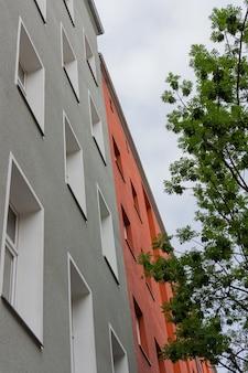 ドイツ、ベルリンのプレンツラウアーベルク地区の家のファサード