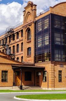 オレンブルク市の古い蒸気工場ロシアから再建されたモダンなロフトスタイルのオフィスビルのファサード