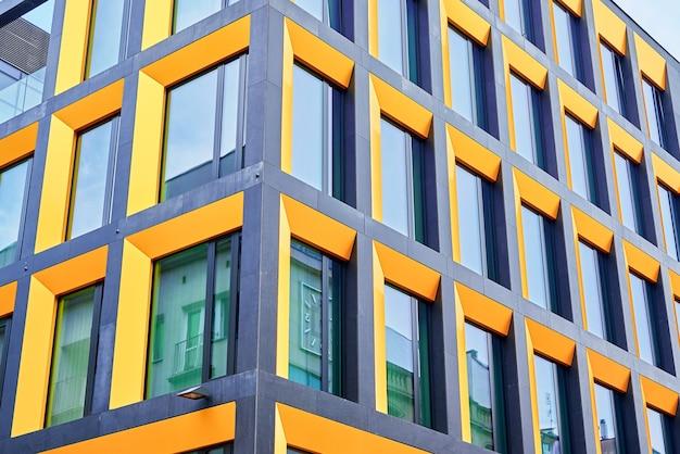 창문이 있는 사무실 건물의 외관