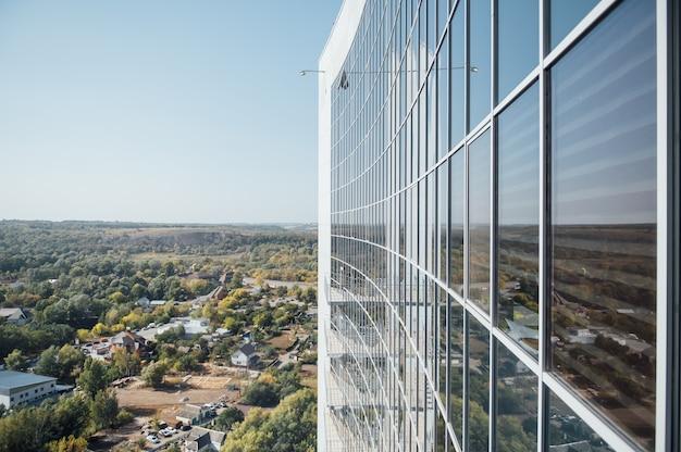 高層ビルのファサード。同一の窓の列がたくさんある壁。