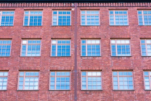 大きな格子窓のある建物のファサード。