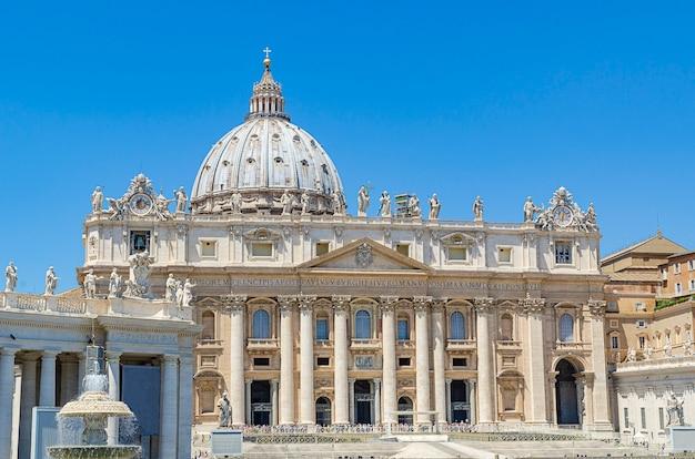 イタリア、バチカン市国の聖ペテロ教会のファサード
