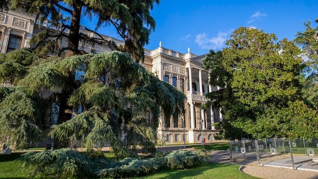 터키 이스탄불에있는 녹지로 가득한 정원이있는 돌마 바흐 체 궁전의 외관