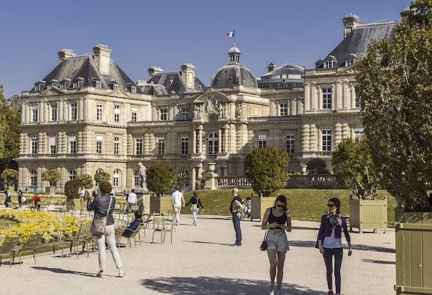 파리의 룩셈부르크 궁전 외관 화창한 날 나무 욕조와 세련된 소녀 프랑스