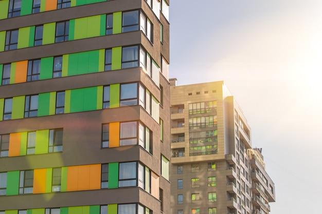 하늘을 배경으로 새로운 주거용 고층 건물의 외관