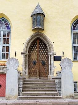 タリンの中世の街にある非常に古い家のファサード。