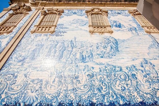Вид фасада на стене церкви с известной португальской голубой плиткой azulejo в городе порту в португалии