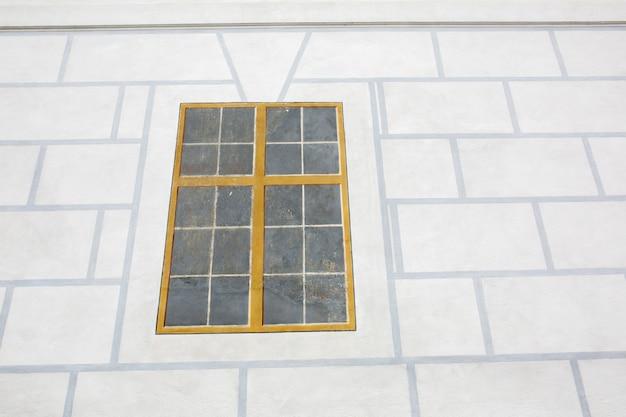 壁に描かれた窓のあるファサード。テキスト用のスペース