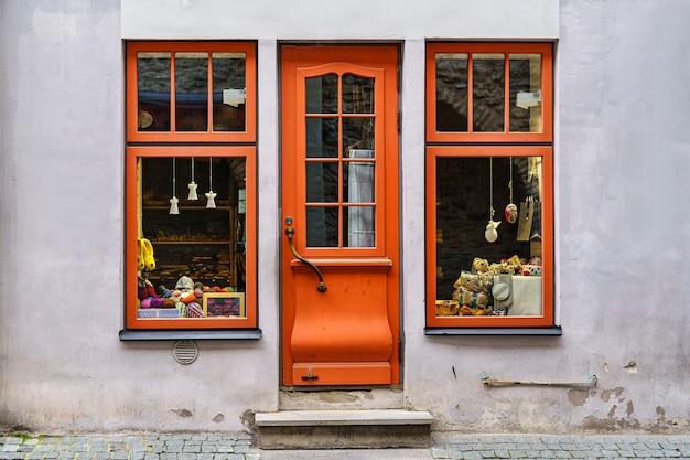 木製のドアと窓があり、古いヴィンテージ風のファサード。