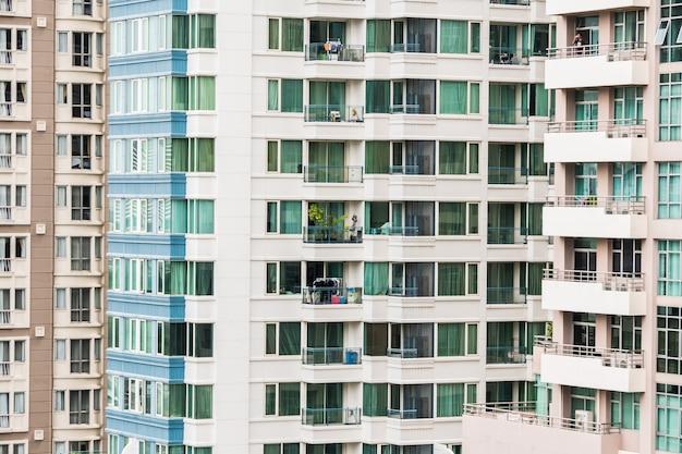 다른 색상의 고층 빌딩의 외관