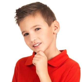 Volto di adorabile giovane ragazzo sorridente isolato