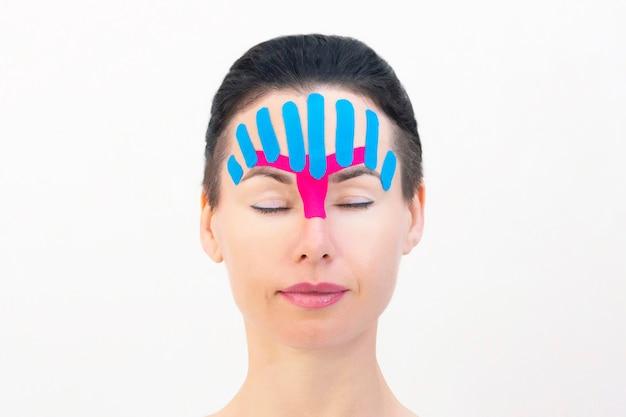 顔の美的テーピング。しわを減らすための非侵襲アンチエイジングリフティング法