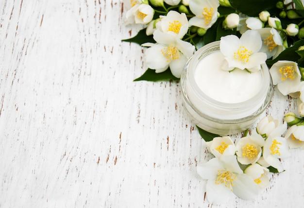 ジャスミンの花と顔とボディクリームの保湿剤