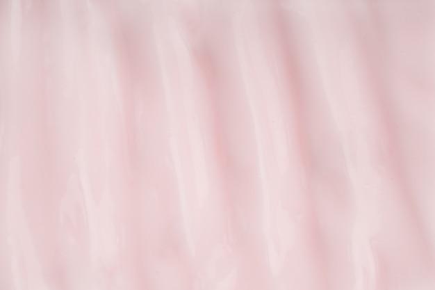 フェイスクリームの厚みのある質感。ピンクのクレンザーフォーム。