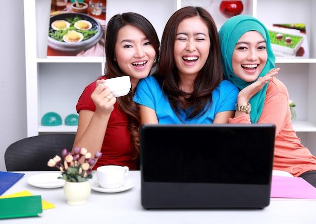 Эспрессии трех красивых студенток колледжа
