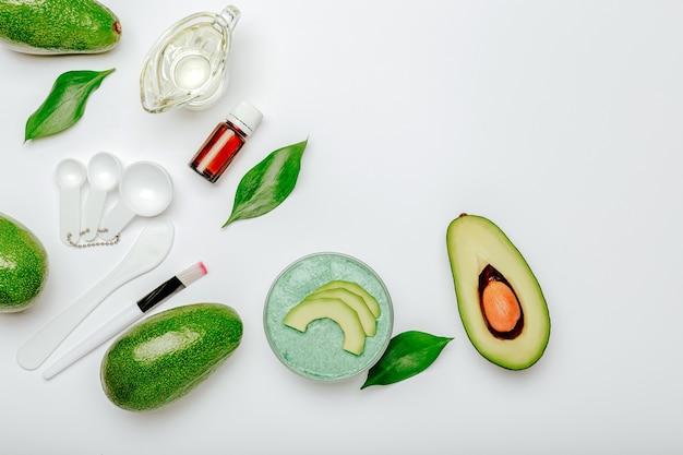 アボカドを使用したスキンケア用フェイスマスク。美容製品天然有機化粧品エッセンシャルオイル、