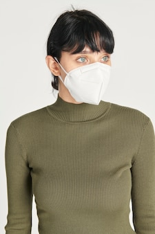 Mockup di maschera per il viso su una donna con un dolcevita verde