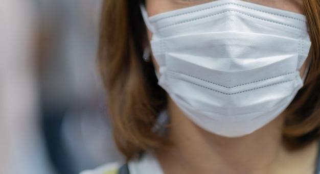 Маска для лица защищает, женщина носит респиратор