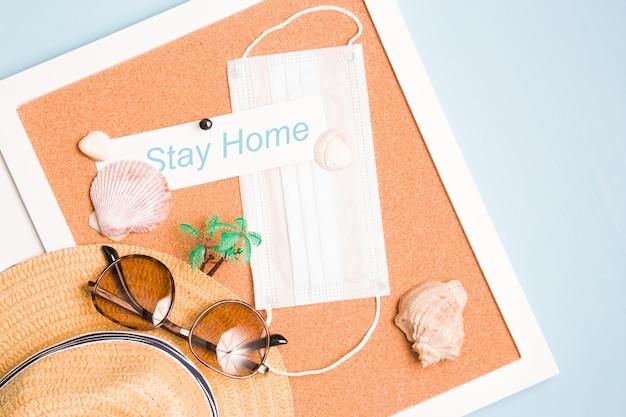 フェイスマスク、夏のアクセサリー、碑文はコルクボードで家にいる、旅行禁止の概念