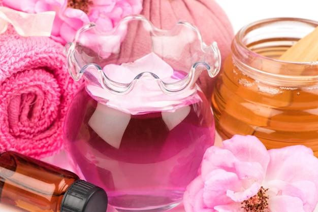 피부 관리를 위해 장미 물과 꿀이 들어간 페이스 마스크.