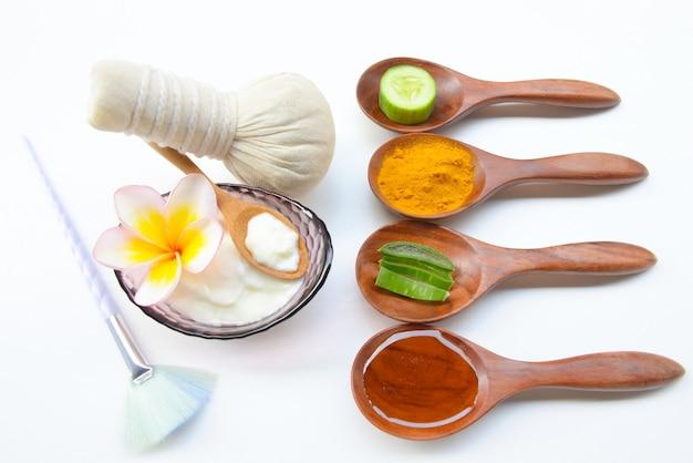 肌の健康に必要なターメリックパウダーヨーグルトとハニーを使用したフェイスマスク。