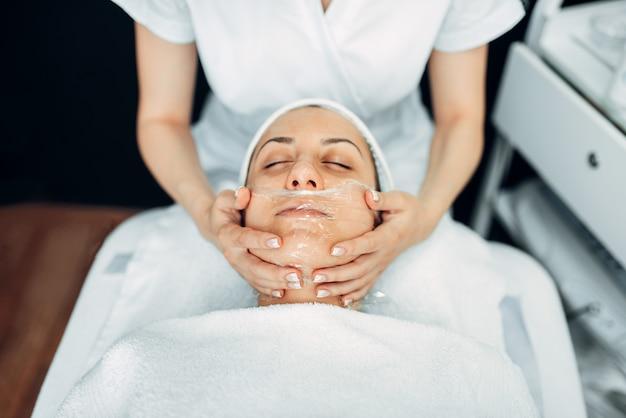 女性患者へのフェイスマッサージ、美容クリニック