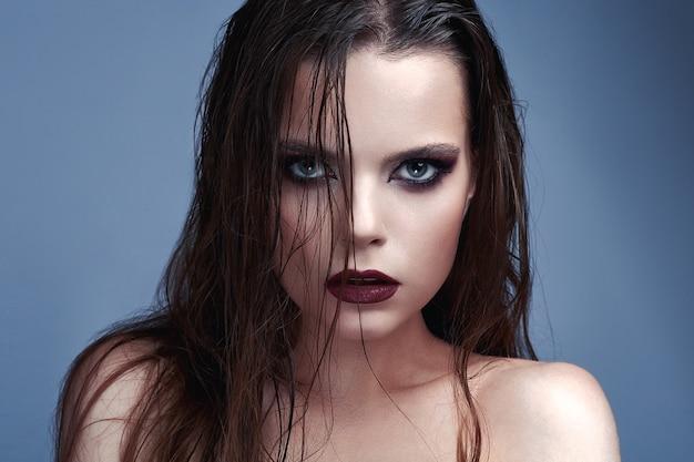 Лицо красивой девушки с макияжем smoky eyes