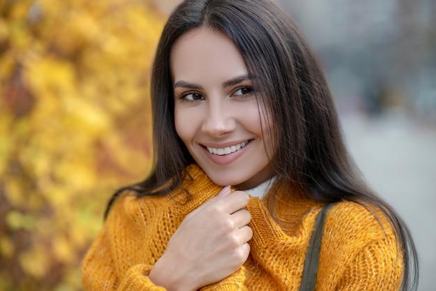 秋を楽しみながら笑っている元気な美女の顔