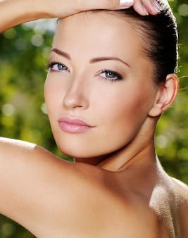 きれいな肌のセクシーな美女の顔-屋外