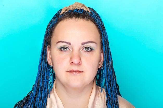 파란색 표면에 아프리카 머리띠와 젊은 여자의 얼굴