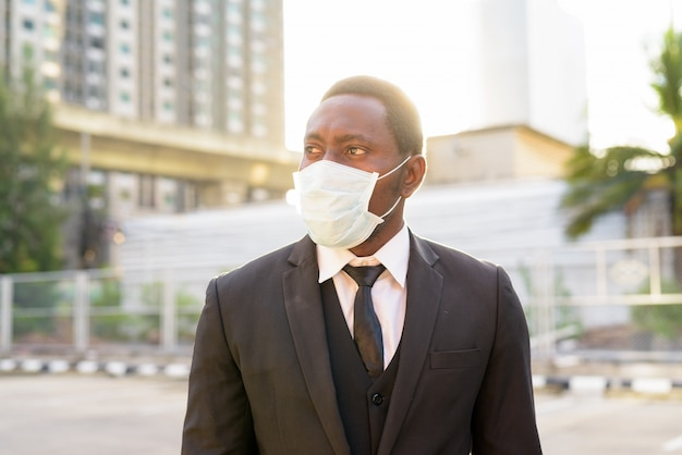 街の通りでマスク思考とアフリカの実業家の顔