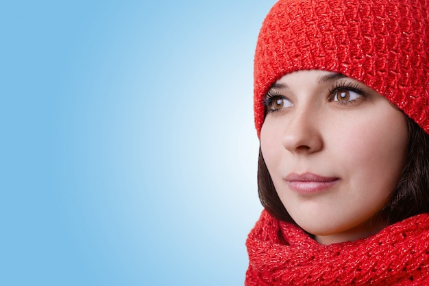 Лицо привлекательной женщины. хорошенькая молодая женщина с большими карими глазами с длинными ресницами и выразительными губами в красной шляпе