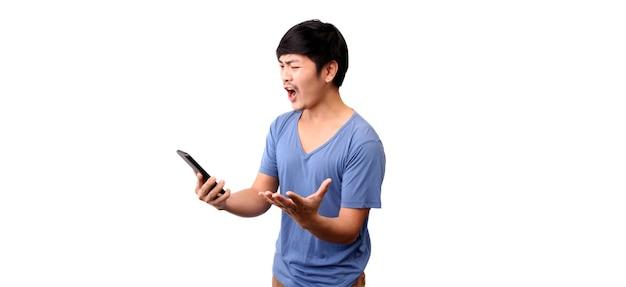 슬픈 아시아 남자의 얼굴은 그가 스마트 폰에서 보는 것에 충격을 받았습니다.