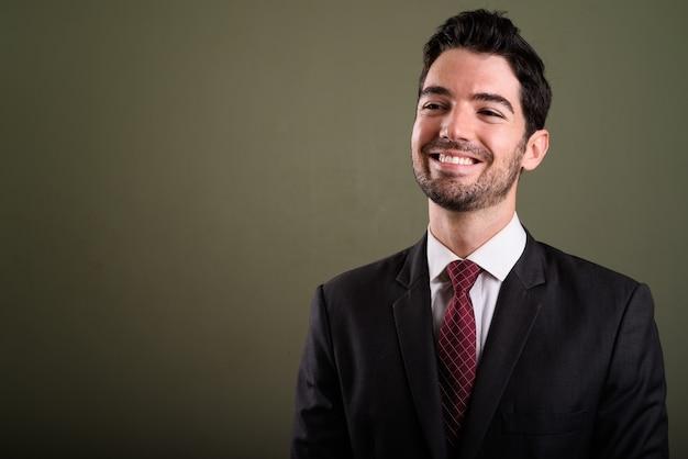 Лицо счастливого молодого красивого бизнесмена в костюме улыбается