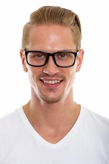 안경을 쓰고있는 동안 웃 고 행복 한 젊은 잘 생긴 남자의 얼굴