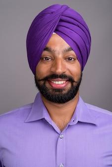 ターバンを着て笑顔のインドのシーク教徒のビジネスマンの顔