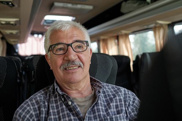 Лицо зрелого пассажира мужского пола в очках и рубашке