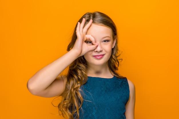 遊び心のある幸せな十代の少女の顔