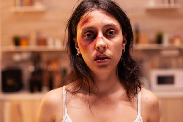 Лицо напуганной женщины-жертвы в доме после жестокого обращения из-за агрессии.