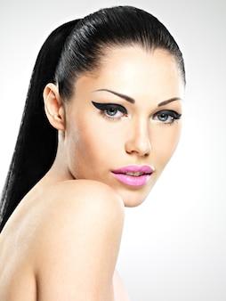 Лицо красивой женщины с модным макияжем. сексуальная девушка с розовыми губами - изолированные