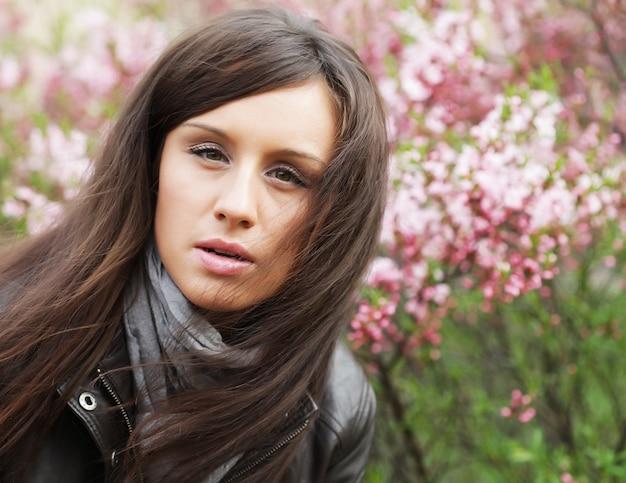 야외에서 젊은 아름 다운 섹시 한 여자의 얼굴을 닫습니다.