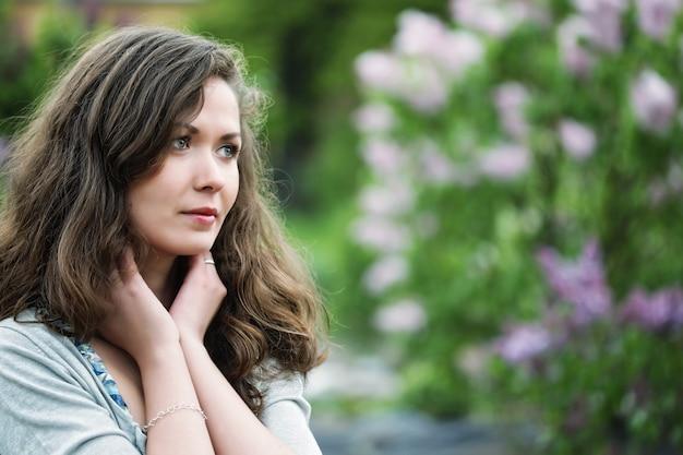 야외에서 젊은 아름 다운 섹시 한 여자의 얼굴