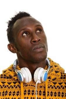 ヘッドフォンを着ている思いやりのある若い黒人アフリカ人の顔