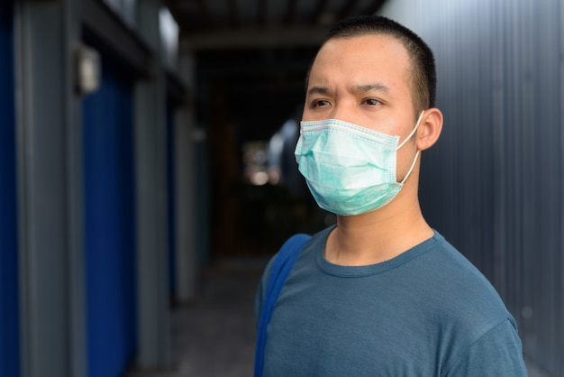 屋外の都市で若いアジア人の顔