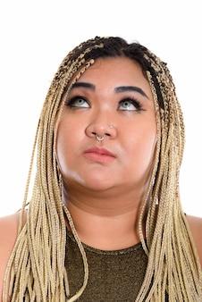 見上げながら考える若いアジアの女性の顔