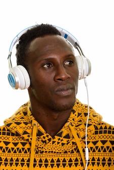 考えながら音楽を聴く若いアフリカ黒人の顔