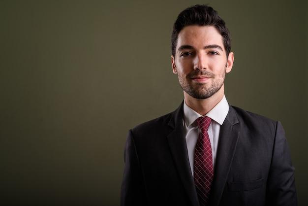 Лицо молодого красивого бизнесмена в костюме глядя