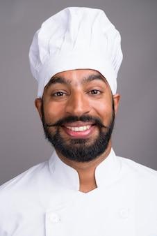 若いハンサムなインド人シェフの笑顔の顔